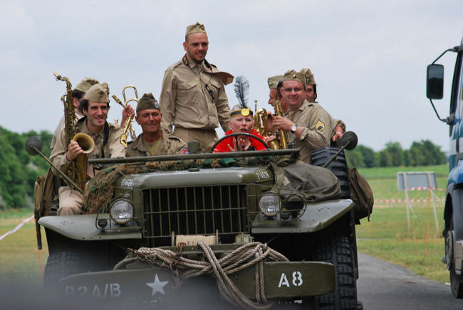 le big band sur une jeep